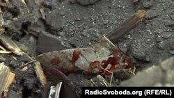 Закривавлений уламок – наслідок обстрілів Донецька