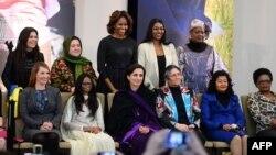 """Zonja e Parë, Michelle Obama, dhe dhjetë femrat fituese """"Guximi i Grave Ndërkombëtare"""", nga Departamenti Amerikan i Shtetit."""