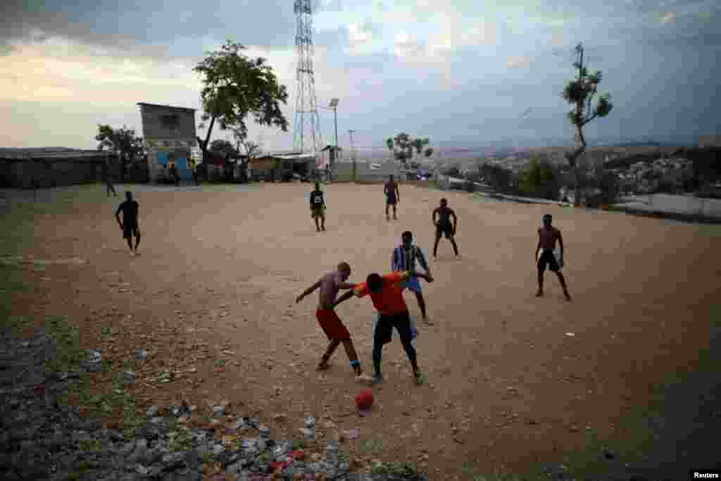 Уличные футболисты на Гаити.12 мая 2018 года.