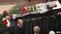 Сарвазири Русия, Владимир Путин дар расми видоъ бо Александр Солженитсин, 5 агусти соли 2008.