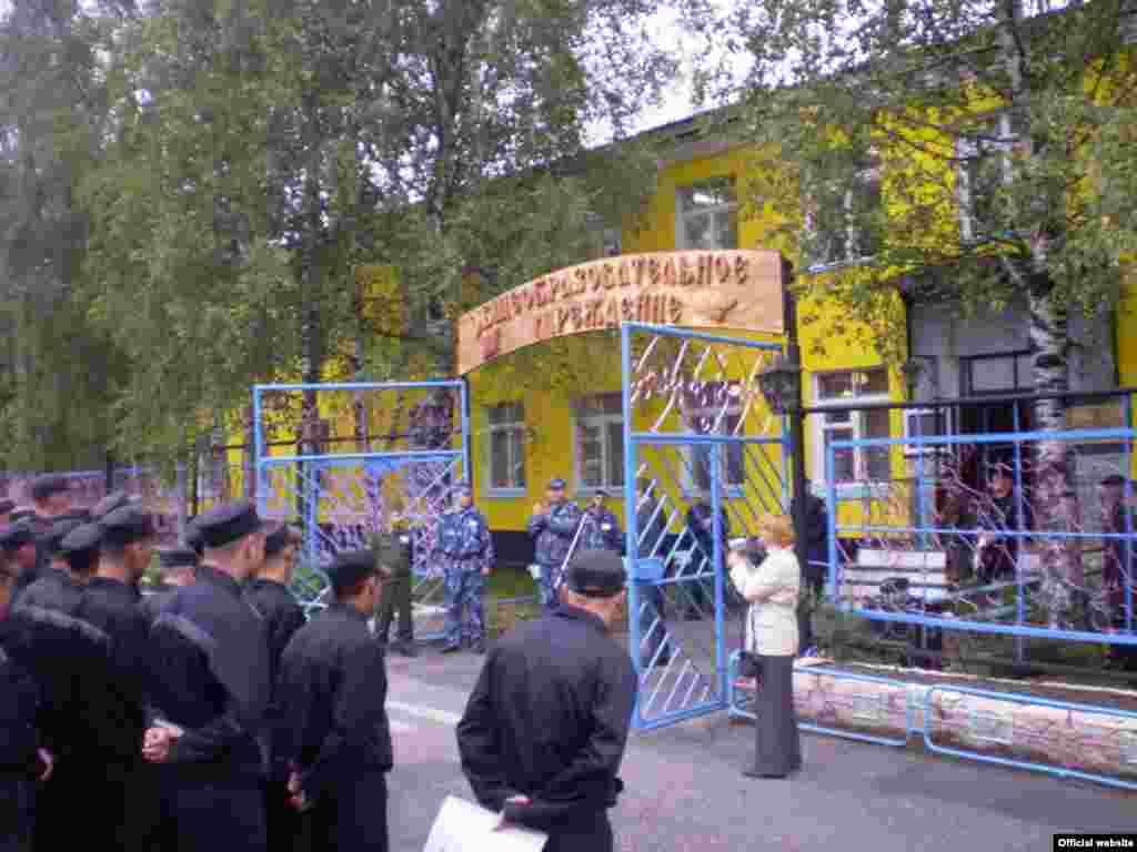 1 сентября 2009 года в школу пошли не только обычные школьники. На базе ФБУ ИК-7 (г. Сегежа) уже не первый год функционирует школа для обучения осужденных школьной программе.