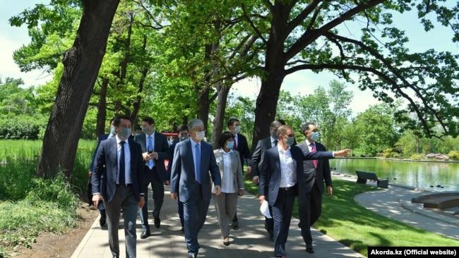 Президент Казахстана Касым-Жомарт Токаев осматривает реконструированный Ботанический сад в Алматы. Справа — бизнесмен Булат Утемуратов, фонд которого занимался реконструкцией. 12 мая 2020 года.