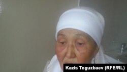 Онайгуль Досмагамбетова, мать Максата и Кайрата Досмагамбетовых, в палате, где лежит Кайрат. Алматы, 3 апреля 2015 года.