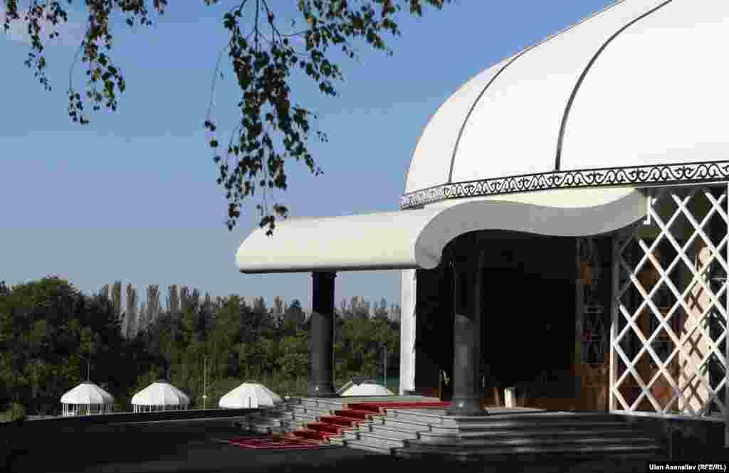 По данным K-news, Дом приемов построен в форме юрты. Его площадь составляет 1,5 тысячи квадратных метров, высота – 17,3 метра. На территории режимного объекта обновили всю дорожную разметку и знаки. По данным кыргызстанских СМИ, предварительный объем затрат на строительство Дома приемов составил 160 миллионов сомов.