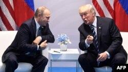 Встреча Владимира Путина (л) и Дональда Трампа (п), Гамбург, 7 июля 2017 года