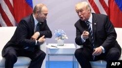 Владимир Путин и Дональд Трамп во время встречи в июле 2017 года