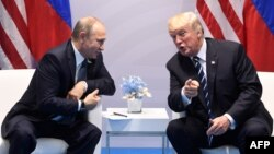 Ресей президенті Владимир Путин (сол жақта) мен АҚШ президенті Дональд Трамп. Гамбург, 7 шілде 2017 жыл.