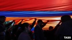 Протестующие в Ереване с национальным флагом Армении