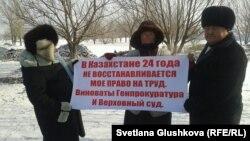 Пенсионерка Любовь Зонова (в центре) проводит акцию протеста. Астана, 8 марта 2014 года.