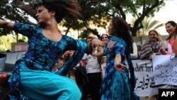 «Хваджа Сара» танцуют на одной из улиц Карачи. Декабрь 2010 года.