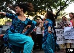 Шеруге шыққан транссексуалдар билеп жүр. Пәкістан, Карачи, 7 желтоқсан 2010 жыл.