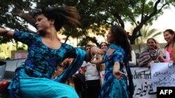 Радостные танцы трансгендеров в Южной Азии