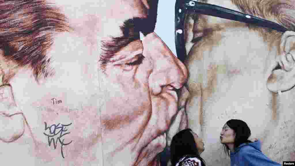Акси бӯсобӯсии Брежнев бо раҳбари вақти Олмони шарқӣ Эрих Ҳонеккер дар Берлин.