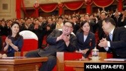 Кім Чен Ин з дружиною в театрі