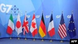 Флаги стран «Большой семерки» — Италии, Японии, Великобритании, Канады, Германии, Франции и Соединенных Штатов, а также флаг Европейского союза.