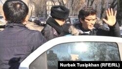 На скриншоте из видео — полицейский усаживает гражданского активиста Галыма Агелеуова в машину. Алматы, 23 февраля 2017 года.
