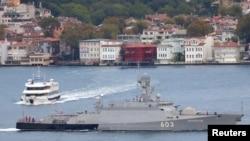 Corveta Serpukhov, a flotei ruse, trece prin strâmtoarea Bosfor pentru a ajunge în Marea Mediterană
