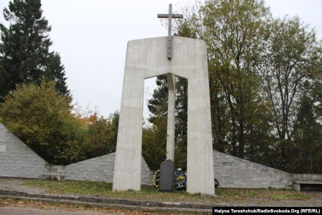 Пам'ятник Героям, встановлений Закарпатською ОДА у 2009 році