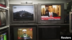 Afganistanci gledaju vijesti o ubistvu Osame bin Ladena 2. maja 2011. u Kabulu