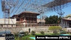 Монтаж защитной металлической крыши над главным корпусом Ханского дворца в Бахчисарае, архивное фото