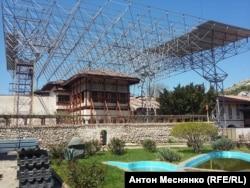 Монтаж защитной металлической крыши над главным корпусом Ханского дворца в Бахчисарае.