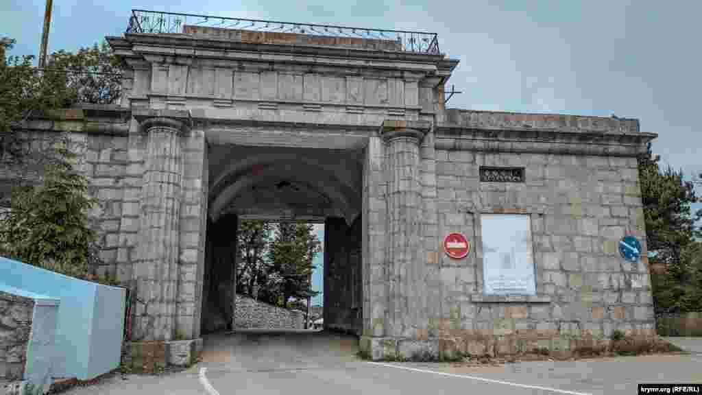 На перевале, высота которого 503 метра над уровнем моря, в 1848 году построены знаменитые Байдарские ворота. Сейчас это памятник архитектуры