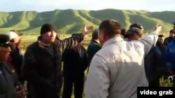 Жители села Кошкентал обсуждают «земельный вопрос» с представителями акимата. Алматинская область, 8 мая 2016 года.