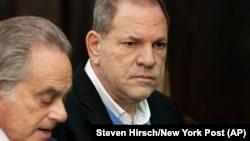 Гарві Вайнштайна (праворуч) 25 травня здався поліції Нью-Йорка, США
