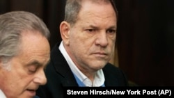 Гарві Вайнштайн (праворуч) 25 травня здався поліції Нью-Йорка, США
