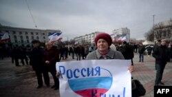 Участница пророссийской демонстрации в Симферополе