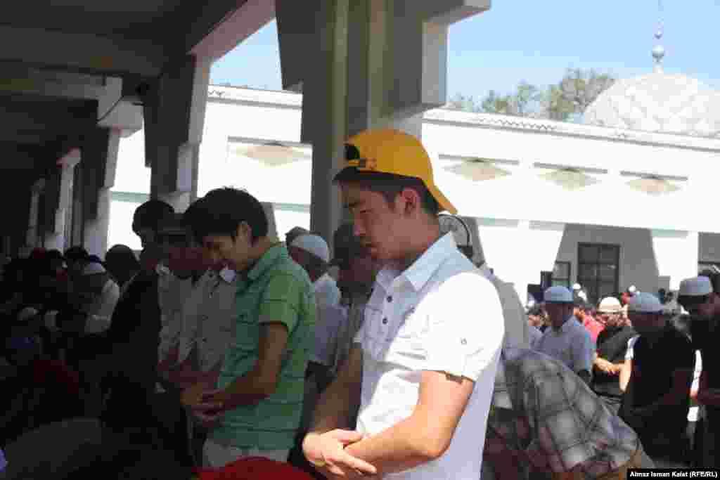 Кыргызстан. Большинство молящихся в мечетях молодежь