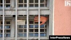 В обнародованном сегодня отчете омбудсмена говорится в первую очередь о необходимости перевода заключенных с первого этажа на верхние, а потом и о скорейшем закрытии данного учреждения