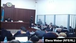 В зале суда, где слушается дело бывшего премьер-министра Серика Ахметова и бывших чиновников акимата Караганды и Карагандинской области. Караганда, 2 октября 2015 года.