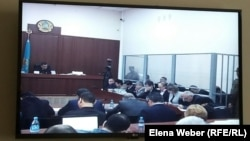 В зале суда, где слушается дело бывшего премьер-министра Серика Ахметова и бывших чиновников акимата Караганды и Карагандинской области. Фото с монитора в зале для журналистов. Караганда, 2 октября 2015 года.