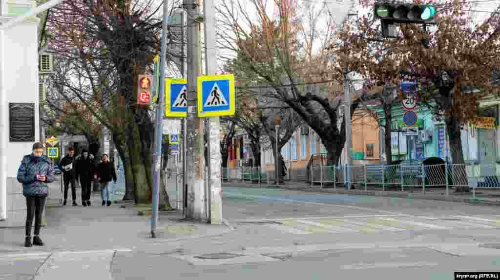 Пройшовши приблизно 150 метрів, можна опинитися на наступному перехресті з вулицею Караїмською