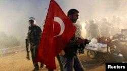 Полиция Гези паркінен шерушілерді шығарып жатыр. Стамбул, 15 маусым 2013 жыл.