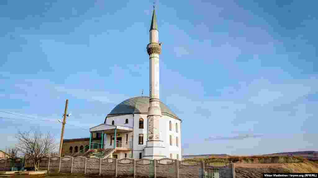 Село Трипрудне розташоване за три кілометри від Сімферополя. Переважна більшість населення, близько 700 осіб, становлять кримські татари