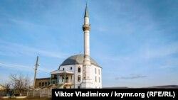 Село Трехпрудное находится в трех километрах от Симферополя. Подавляющее большинство населения, около 700 человек, составляют крымские татары