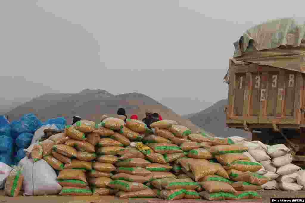 Памирские кыргызы живут в суровых условиях холодных высокогорных пустынь.