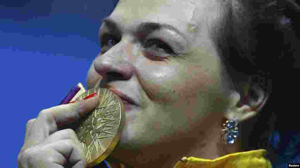 Двукратная чемпионка мира и Европы по тяжелой атлетике Светлана Подобедова победив в соревновании по тяжелой атлетике в весовой категории до 75 кг среди женщин, она установила олимпийский рекорд в толчке.