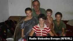 Семејство Пешевски од кумановското село Бељаковце. дедото Круне со внуците.