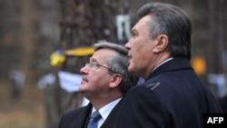 Броніслав Коморовський (л) і Віктор Янукович на «Биківнянських могилах» 28 листопада 2011 року