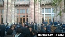 Сотрудники завода «Наирит» перед зданием правительства Армении, Ереван, 6 декабря 2014 г.