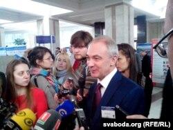 Юрый Макараў адказвае на пытаньні журналістаў