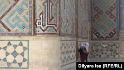 Люди у стен мавзолея Ходжи Ахмета Яссауи. Туркестан, 2 июня 2018 года.