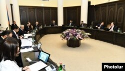 Armenia -- Prime Minister Nikol Pashinian holds a cabinet meeting in Yerevan, April 2, 2020.