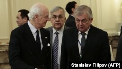 UN Special Envoy for Syria Staffan de Mistura (left) speaks with Russian envoy Aleksandr Lavrentyev in Astana last year.