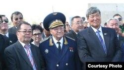 Тоқтар Әубәкіров (оң жақтан бірінші) Талғат Бигелдинов (ортада) және Шота Уәлиханмен бірге тұр.
