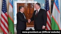 Президент Узбекистана Шавкат Мирзияев (слева) и государственный секретарь США Майк Помпео.