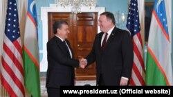 Өзбекстан президенті Шавкат Мирзияев (сол жақта) пен АҚШ мемлекеттік хатшысы Майк Помпео.